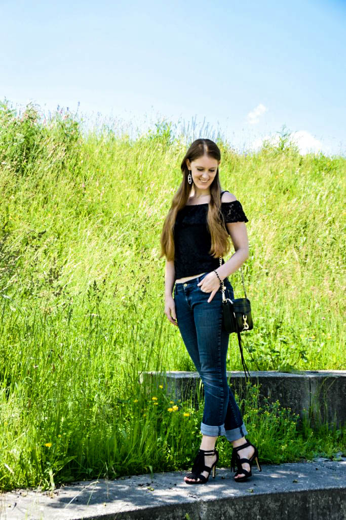 mycolloseum-off-shoulder-spitzen-shirt-top-blogger-deutschland-fashion-mode-muenchen-fransen-sandalen-rebecca-minkoff-tasche-bag-scharz-boyfriendjeans-outfit-look-1