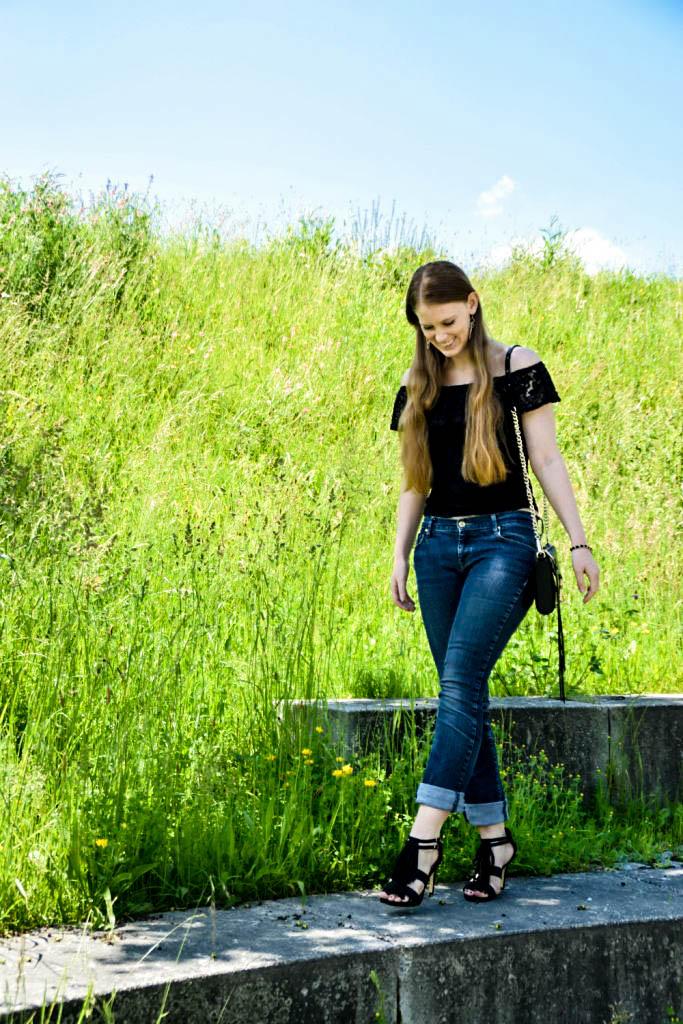 mycolloseum-off-shoulder-spitzen-shirt-top-blogger-deutschland-fashion-mode-muenchen-fransen-sandalen-rebecca-minkoff-tasche-bag-scharz-boyfriendjeans-outfit-look-2