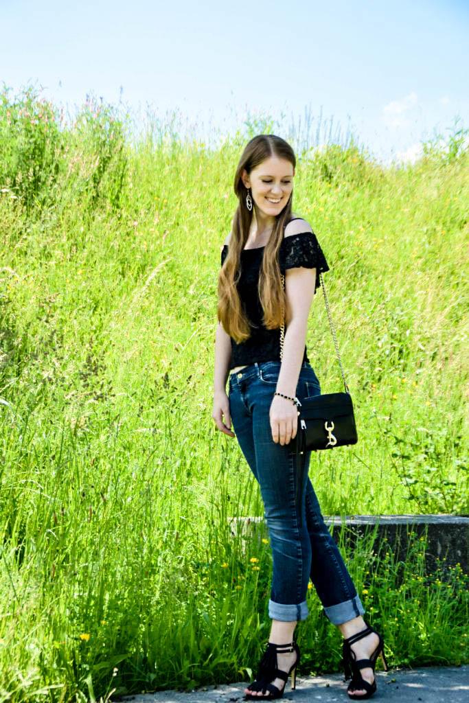 mycolloseum-off-shoulder-spitzen-shirt-top-blogger-deutschland-fashion-mode-muenchen-fransen-sandalen-rebecca-minkoff-tasche-bag-scharz-boyfriendjeans-outfit-look-3