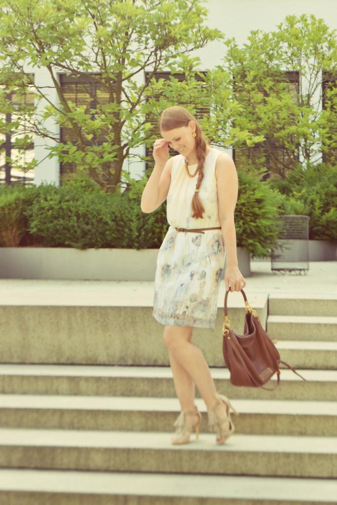 fashion-blogger-deutschland-muenchen-geflochtener-zopf-sommerkleid-fransen-sandalen-outfit-marc-jacobs-tasche-braun-ff3