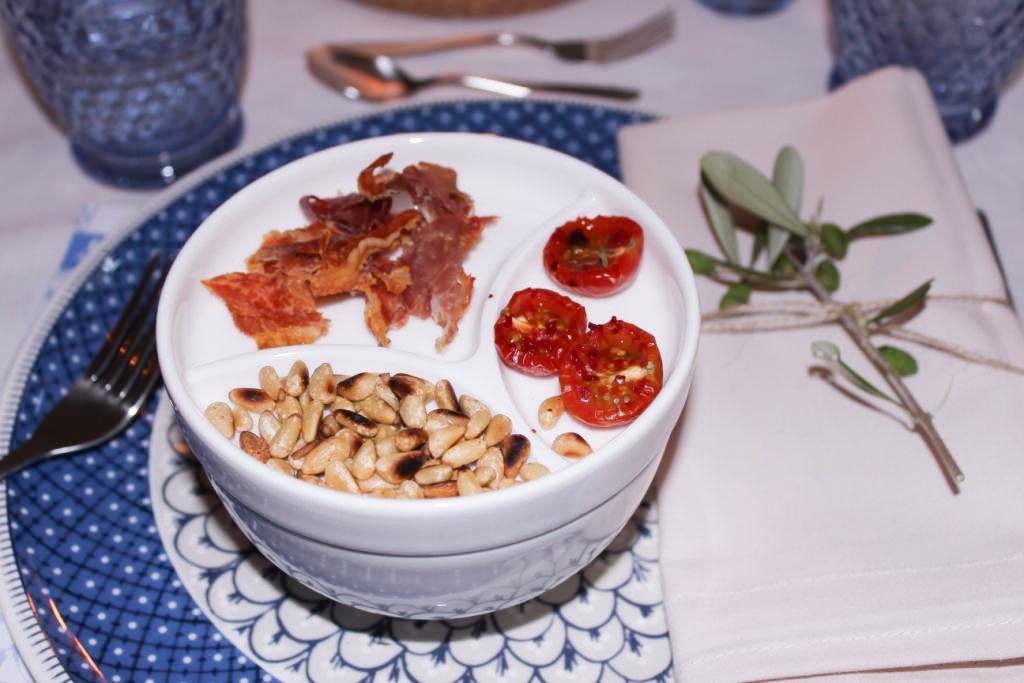 bludinner-villeroy-boch-geschirr-casale-blu-keramik-porzellan-nummerfuenfzehn-food-abendessen-blogger-dinner-muenchen-deutschland-aprikosen-tomaten-suppe-parmaschinken-chips-1