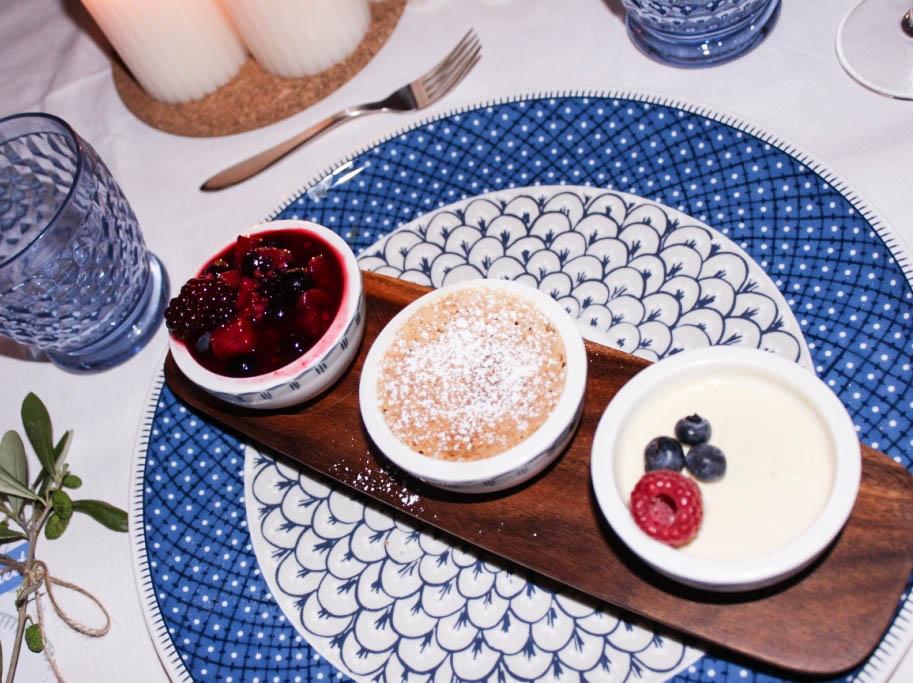 bludinner-villeroy-boch-geschirr-casale-blu-keramik-porzellan-nummerfuenfzehn-food-abendessen-blogger-dinner-muenchen-deutschland-panna-cotta-mandelkuchen-beerenragout-dessert-1