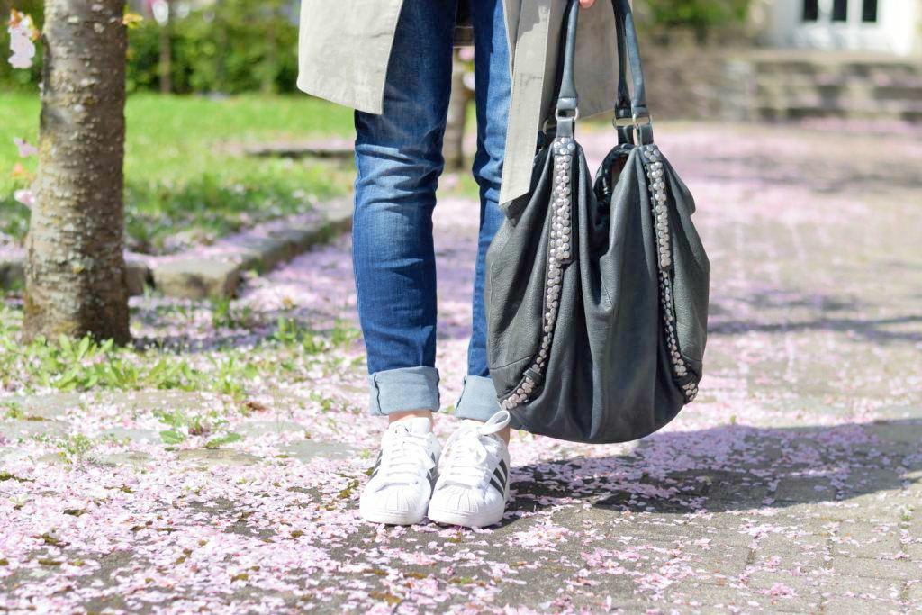 fashion-blogger-muenchen-deutschland-van-laack-bluse-liebeskind-berlin-tasche-shopper-more-and-more-wildledermantel-boyfriend-jeans-adidas-superstars-f1