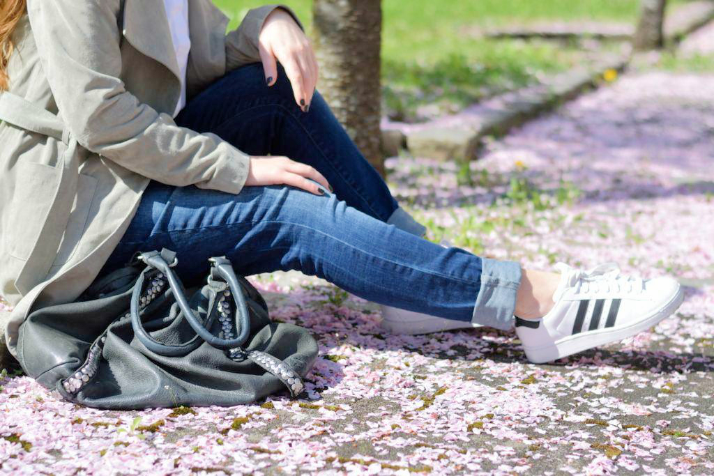 fashion-mode-blogger-muenchen-deutschland-van-laack-bluse-liebeskind-berlin-tasche-shopper-more-and-more-wildledermantel-boyfriend-jeans-adidas-superstars-f1