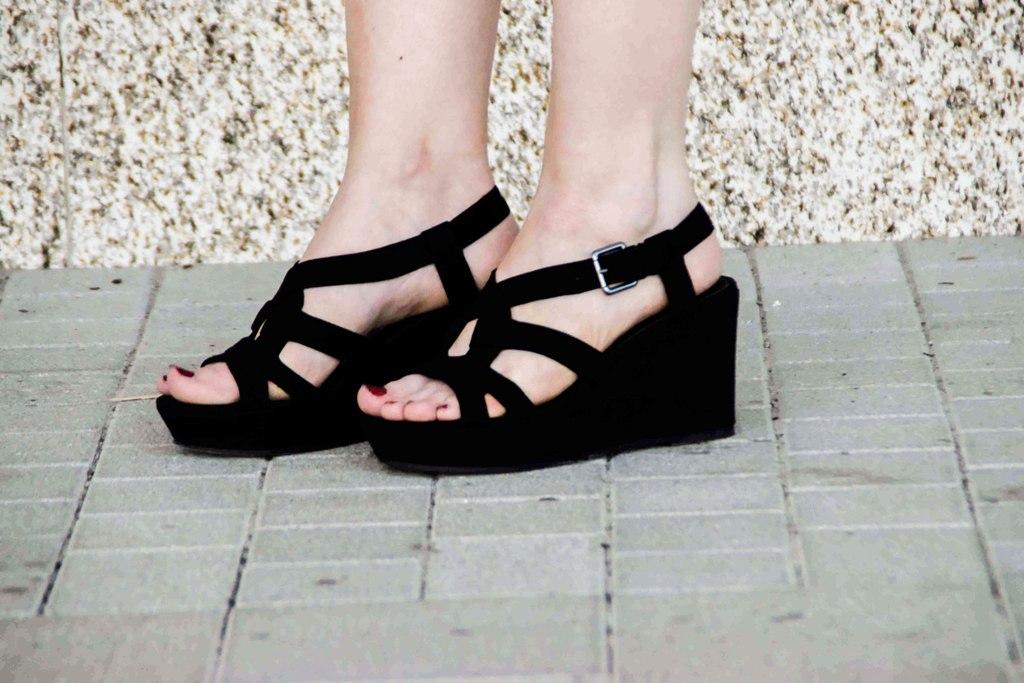 fashion-blogger-outfit-black-dress-kleines-schwarzes-kleid-armani-tasche-bag-wedges-sandalen-kordel-trend-sandaletten-muenchen-deutschland-f5