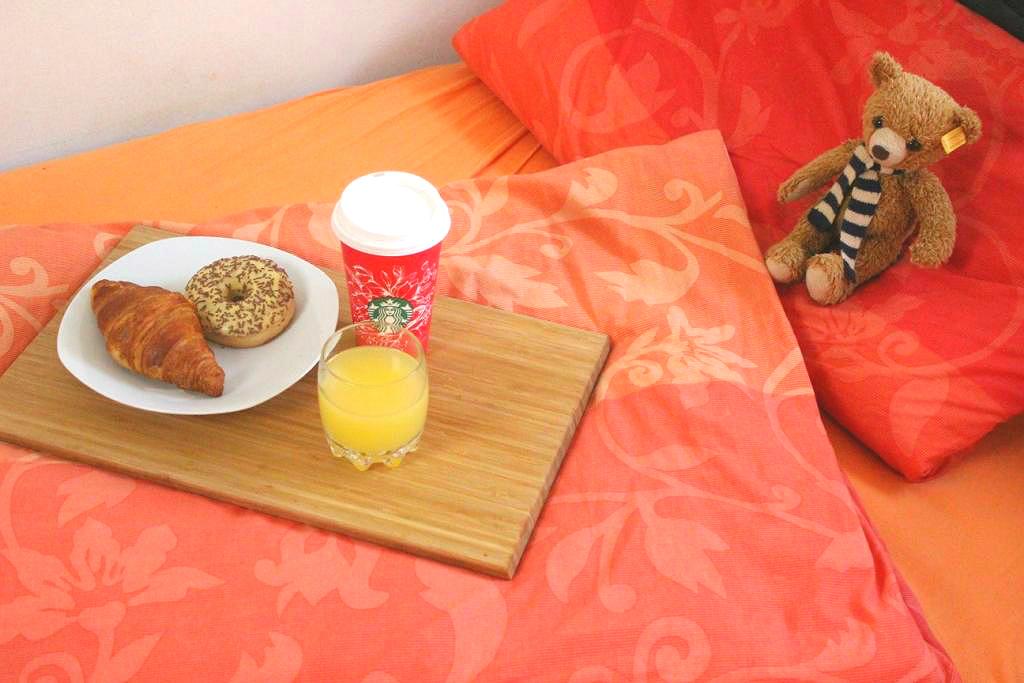 dormando-matratzen-online-einkaufen-shop-test-erfahrungen-lifestyle-blog-muenchen-deutschland-fruehstueck-im-bett-steiff-baer-carlo-starbucks-coffee-donut-1
